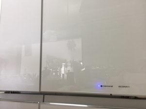 パナソニック 冷蔵庫 NRF504HPX-Wのガラス扉に反射した様子